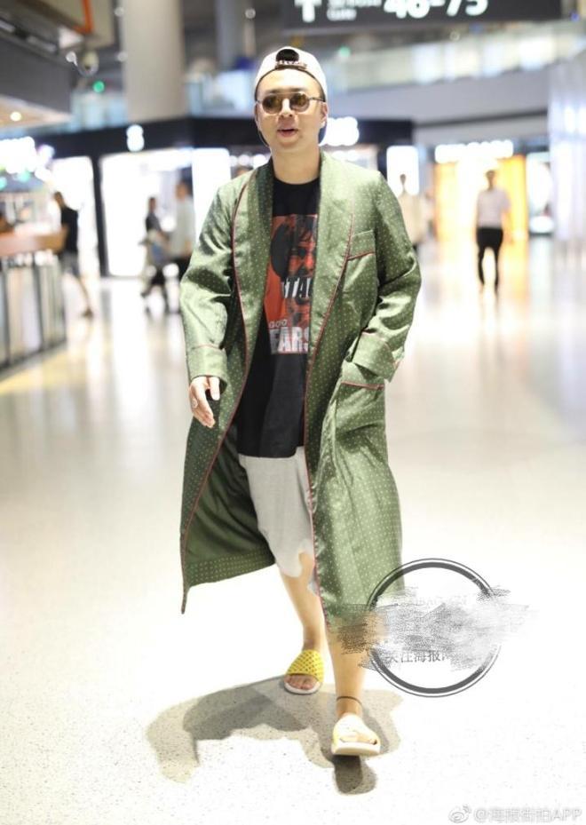 杜海濤把風衣穿成浴袍,腳踩拖鞋現身機場,網友:從澡堂子趕來的