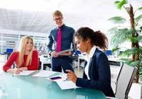 職場中老闆特別器重一個人時會怎麼表現?