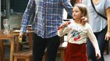 貝克漢姆一家現身,小七長袖配紅裙模樣可愛,一路拿冰淇淋吃不停