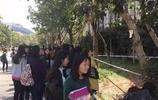暖哭:大學生扎堆圍觀,原來是保安拉了這樣一條線