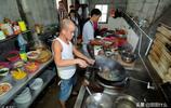 廣西男子被稱為現實版光頭強,在餐館當廚師,遊客擠廚房拍照