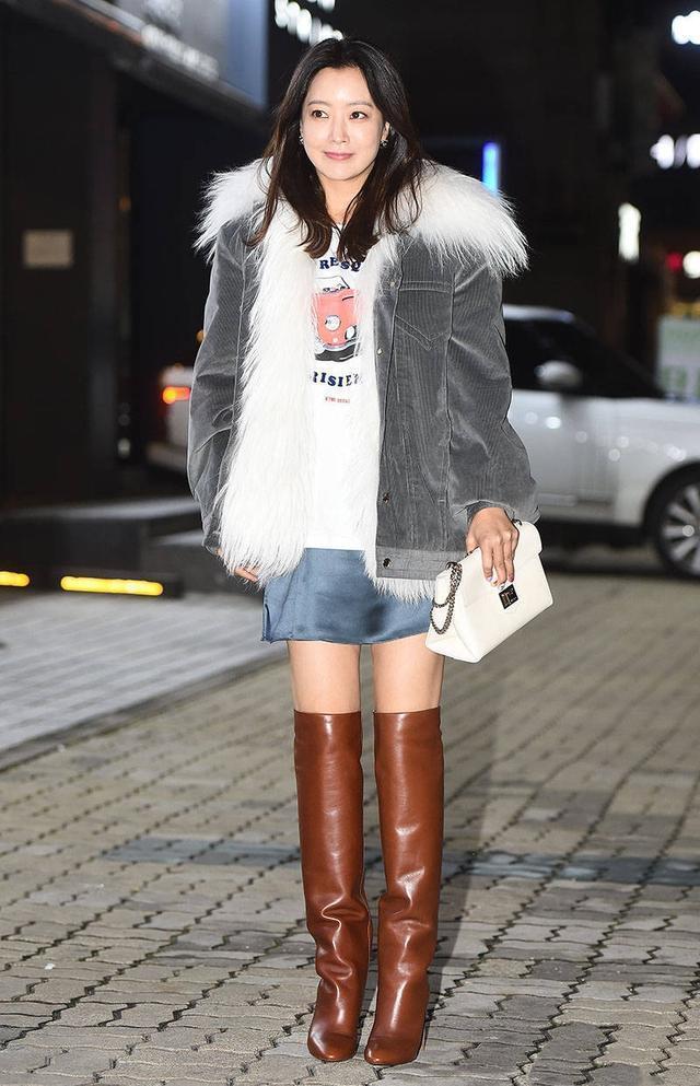 被金喜善美到了,一襲開叉裙搭配金絲毛衣優雅時髦,哪像41歲!