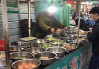 """65歲農村大爺賣""""另類自助餐""""30盆菜隨便選食客:這吃法稀罕"""
