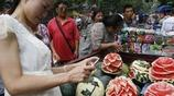 """農村小夥賣西瓜一個100,遭居民哄搶,而今還成為""""水果網紅"""""""
