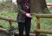 凱特王妃妹妹終於開竅,穿藍毛衣扎馬尾太減齡,總算信你是35歲