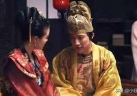 選妃第二名的女子,不得皇帝寵愛,無子無女,42年後手握皇太后印