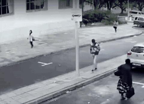 朋友車停在家門口,一中年婦女騎電動車撞上去把自己撞死了,朋友要賠一百多萬,這合理嗎?
