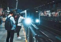 地鐵上一張偷拍照暴走朋友圈:你的教養,就是孩子的起跑線!