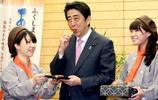 日本:安倍晉三吃東西照片,有親民照,當然也有美女伺候著的畫面
