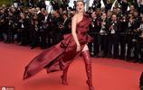 艾梅柏·希爾德現身戛納,身穿酒紅色禮裙搭過膝長靴,秀出大長腿