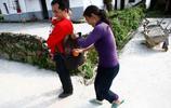 越南媳婦來村子已經三年,生下了女兒,婚姻生活美滿,不願意回去