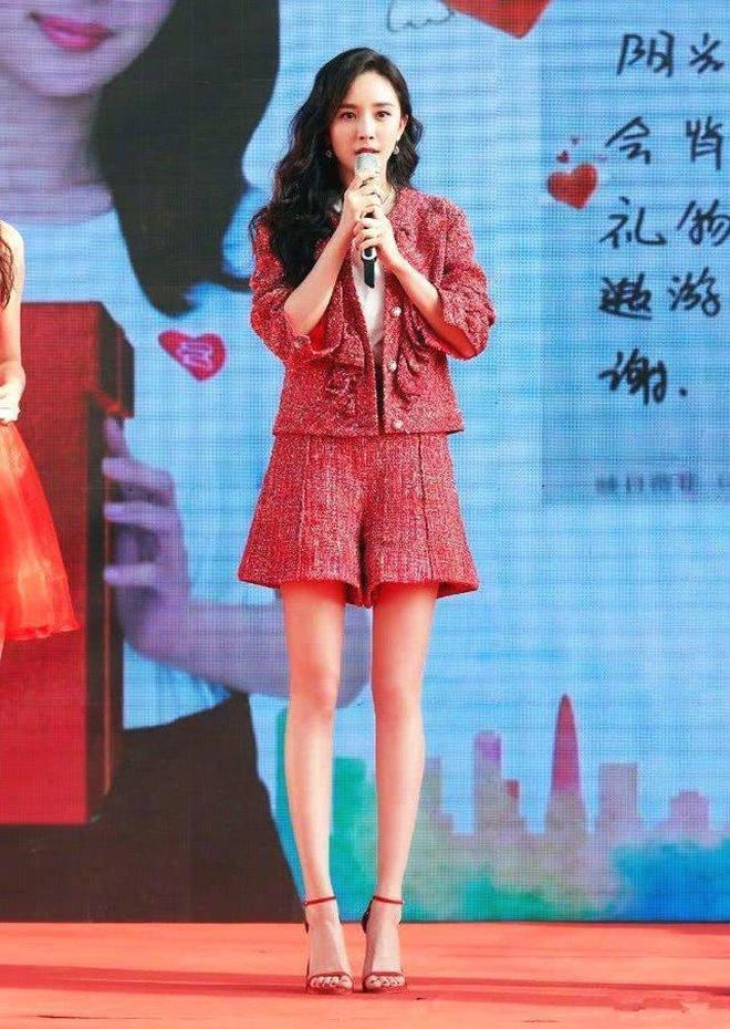 楊冪,關曉彤,迪麗熱巴,的大長腿在她面前都不算什麼