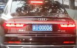 網友北京街頭偶遇新款奧迪A8L,車牌不帶一個8,霸氣卻不輸5連號
