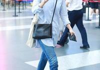 袁泉襯衫牛仔褲幹練現身機場 女兒自推行李箱緊隨其後