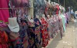 農村集市上賣不上價的衣服,只有走量才能賺錢