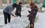四川人在濟南遇初雪:興奮拿湯勺堆雪人