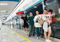 坐地鐵到嘉裡中心吃大餐去嘍!夢想小鎮一家創投公司員工 昨集體到地鐵5號線打卡