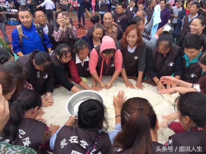 農村萬人共制3米超大餈粑——月餅,慶國慶、賀中秋,喜迎十九大