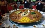 深入壯族景區體驗與眾不同的壯王宴,一盤菜需要四個人抬上桌
