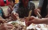 老人蔘加宴席,想吃一塊肉,結果同桌眾人的行為令人氣憤,真心酸