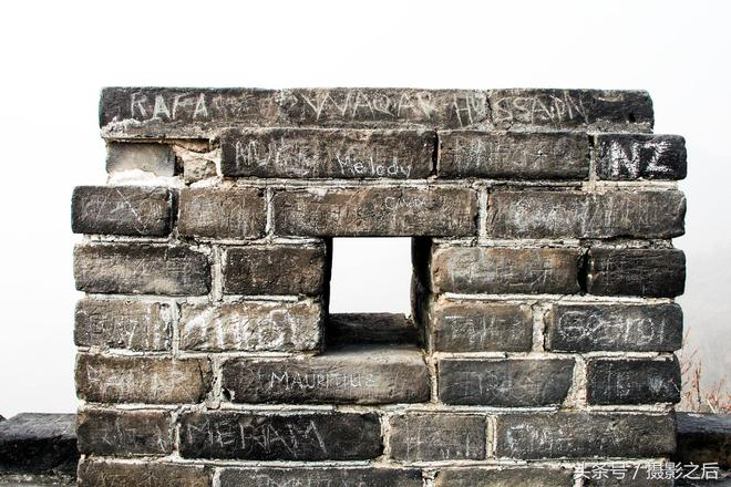 """老外在長城上刻字毫不留情,佔領一面牆;國人愛刻上哪裡人,看看哪裡的最多?竟然還刻了""""拆""""!"""