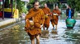 泰國大城府遭洪水侵襲 民眾劃小船出行