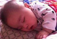 """寶寶睡覺都愛""""投降式"""",3大好處,父母別急著幫寶寶""""糾正""""!"""