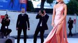 真厲害!K帥的女友呆拉出席威尼斯電影節,攝影師急都哭了