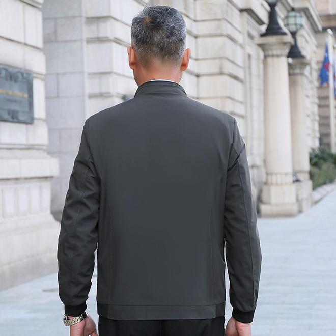 """去出差發現:風衣早沒人穿了,人人都穿這""""薄夾克"""",利落顯年輕"""