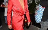 妮娜·杜波身穿紅色外套跟好友外出,邊上好友也很美