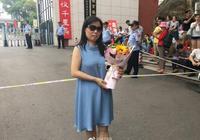 2017高考結束 父母送花慶祝