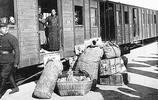 老照片:民國乘坐火車時的場景,圖4爬火車,圖5逃離災區的災民們