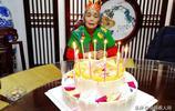 老母親77歲生日 子女給準備了滿桌美食 老人吃的少與孩子聊的多