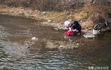 河南林州:史家河村洹水家苑,樓上住戶下河邊洗衣