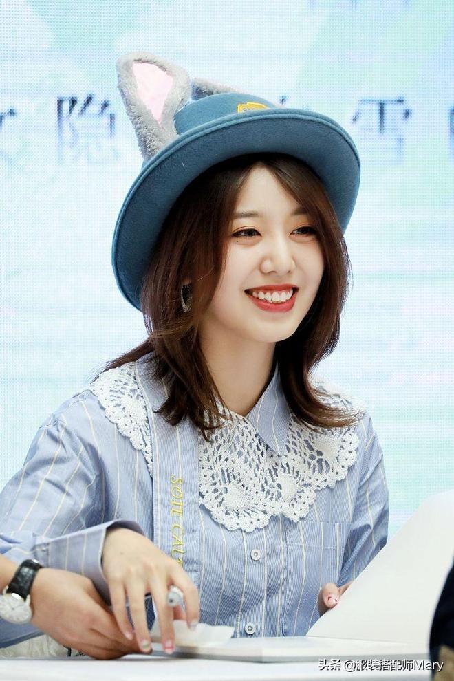 劉人語時尚淑女風穿搭出席籤售會,頭戴可愛尖頭帽滿屏少女感