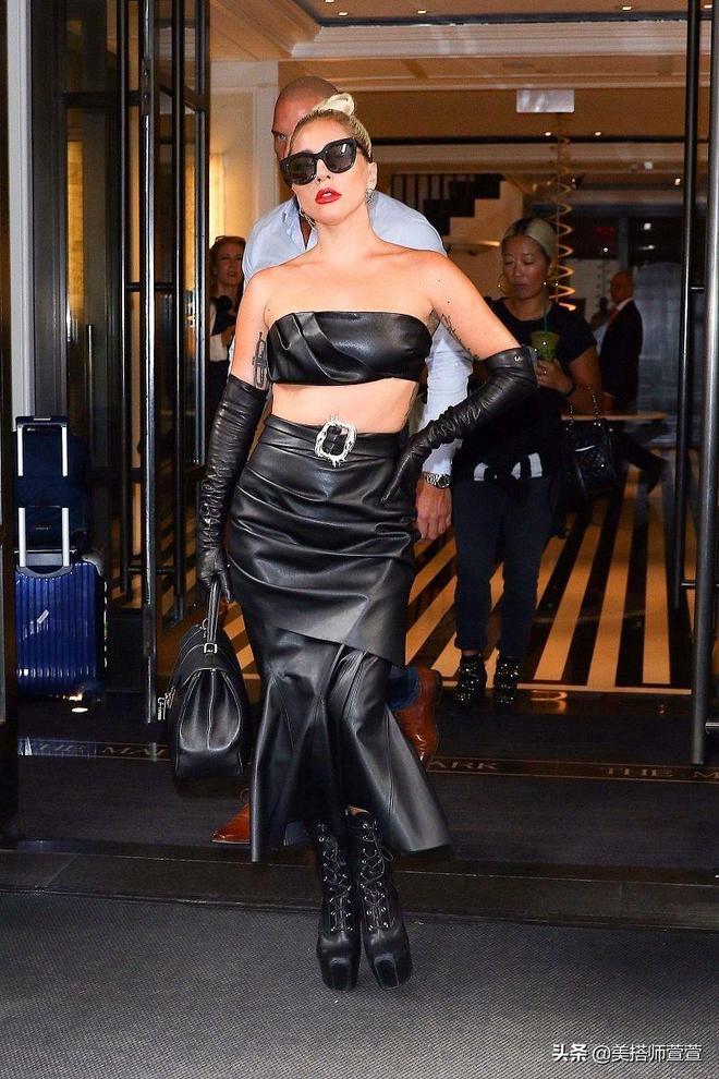 """Lady Gaga穿皮裙踩""""恨天高""""皮靴亮相,黑超遮面一手叉腰氣場A爆"""