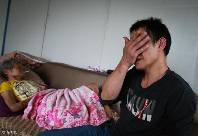 回到出租屋趴在母親懷裡痛苦,大家眼中的孝子做出了不孝之事