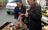 農村集市上7旬老人擺攤賣棗,眼看大棗賣不出去,差點急哭!