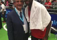 奇才老闆晒與網球運動員蒂亞菲的合照:他是奇才球迷