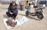 農村73歲大爺賣紅薯幹,苦等半天未開張,淚水打起轉轉,看咋回事