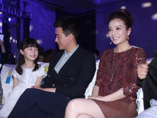 41歲趙薇與37歲董潔同臺出席活動,大家注意力卻放在最後兩張