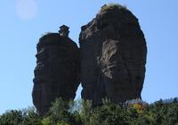 兩顆石柱託舉著兩座青磚塔