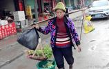 八旬老人被三個土豪兒子趕出家門,只能住垃圾房,賣菜討生活