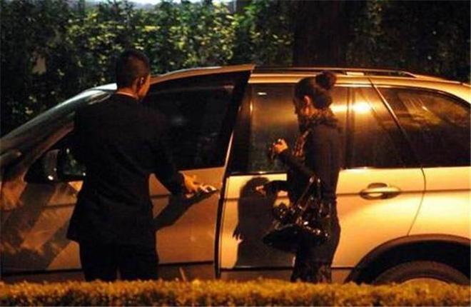 鞏俐和70歲男友近照曝光,開豪車出行,看上去像同齡人