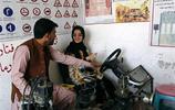 """阿富汗駕校的真實寫照,教練""""牽手""""指導女學員"""