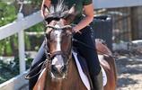 女星伊基·阿塞莉婭私下酷愛騎馬!還可完成花樣跳躍動作