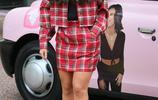 英國女星丹尼戴爾教您怎樣把紅色格子套裝穿出時尚感,網友說真好