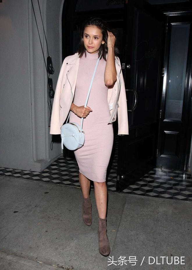 妮娜·杜波夫獨自離開餐廳,一身粉紅色少女心十足!