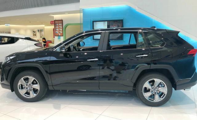 全新豐田RAV4到店實拍!硬派外觀比肩漢蘭達,比本田CR-V還要大