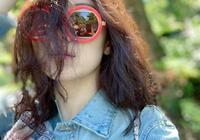 宋佳微博連續抒情疑似戀愛,遊玩心情好,墨鏡出賣了她不是一個人